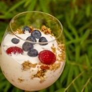 iaurt cu granola și fructe